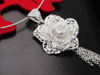女人与银饰品暧昧情缘 如花儿离不开阳光