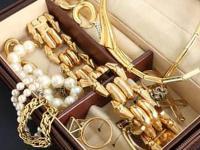 英国妇人以为首饰不值钱 结果2枚戒指竟拍得7万英镑