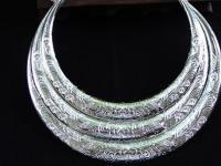 苗族人与银饰品